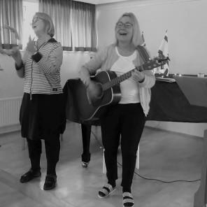Unnur og Helena syngja